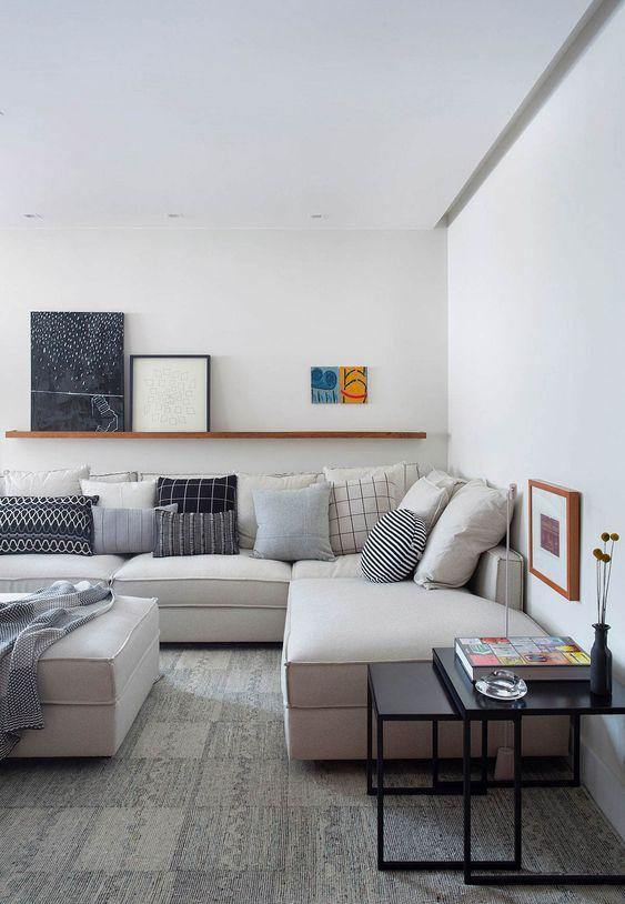 sala de estar com sofá cheio de almofadas