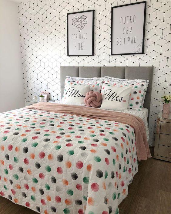 cama decorada com almofadas