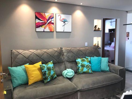 sofá com almofadas decorativas coloridas